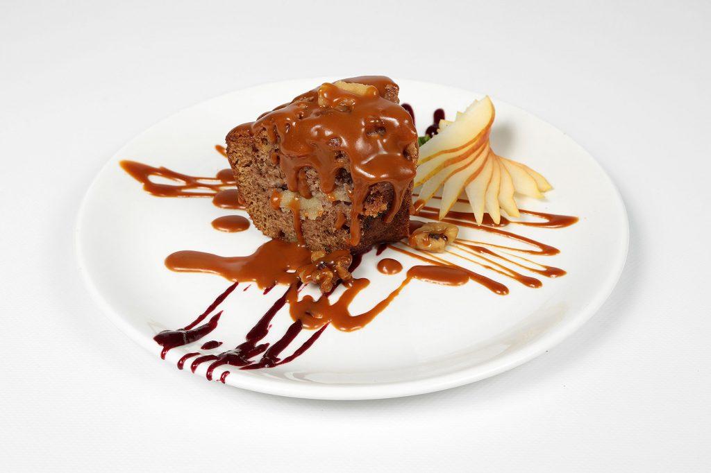 Gâteau pommes, noix et caramel salé